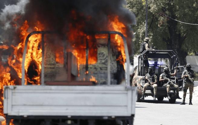 Les funérailles des personnes tuées dans les récentes manifestations se transforment en affrontements entre policiers.