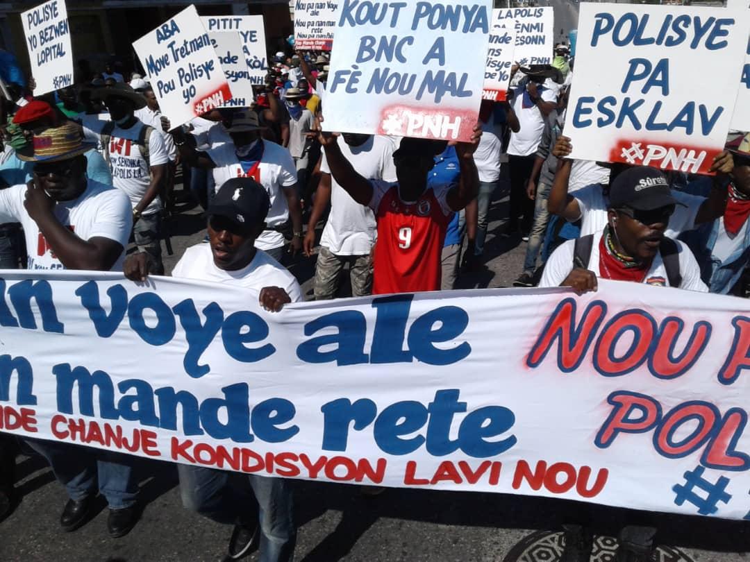 Haïti : Des policiers défilent à Port-Au-Prince pour exiger des meilleures conditions de travail