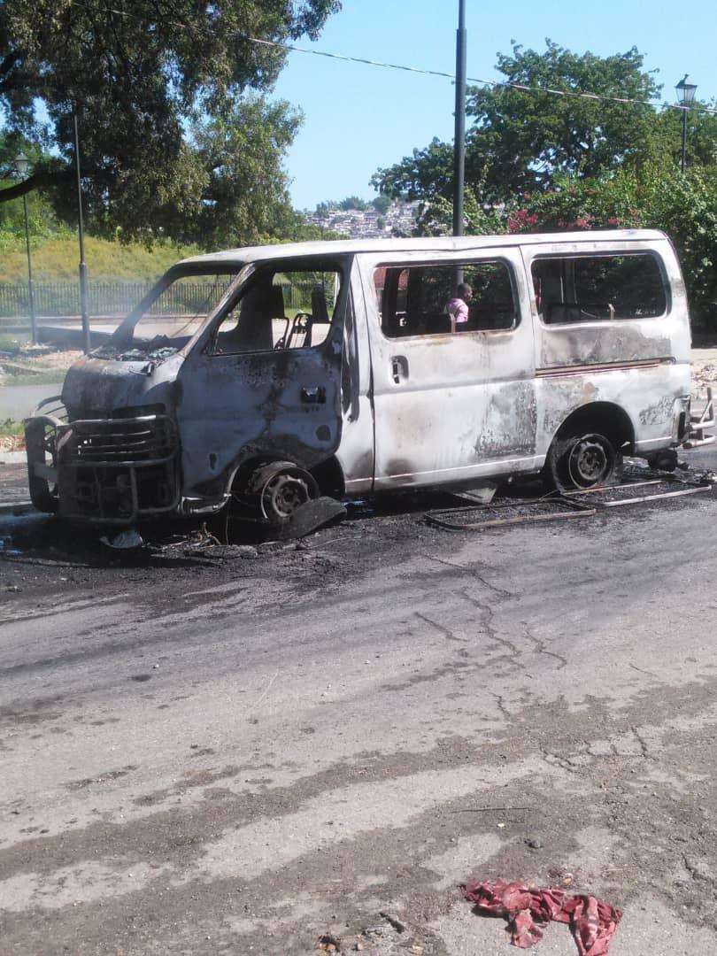 Haïti-Crise: Avec des passagers dedans, des individus incendient un minibus au champ de Mars